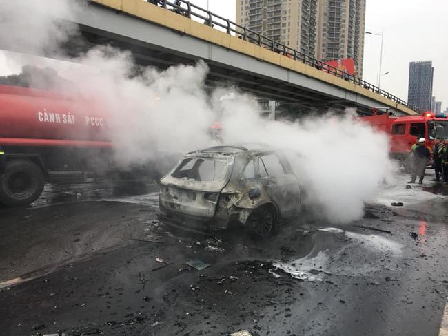Vụ xe Mercedes gây tai nạn liên hoàn rồi bốc cháy: Đám tang cô gái ngập tràn nước mắt và vòng hoa trắng-3