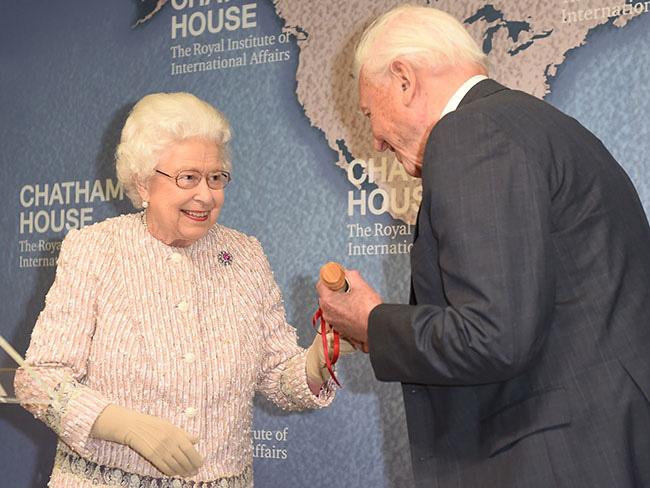 Tiết lộ mới gây sốc: Vợ chồng Meghan Markle bị gia đình hoàng gia cô lập và lời cảnh báo của Nữ hoàng Anh-2