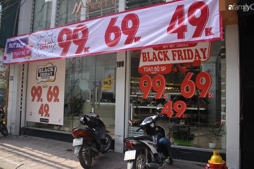 Nhiều cửa hàng thời trang ở Hà Nội đã chạy đà cho ngày mua sắm Black Friday bằng việc treo biển giảm giá mạnh tới 80% các sản phẩm-1