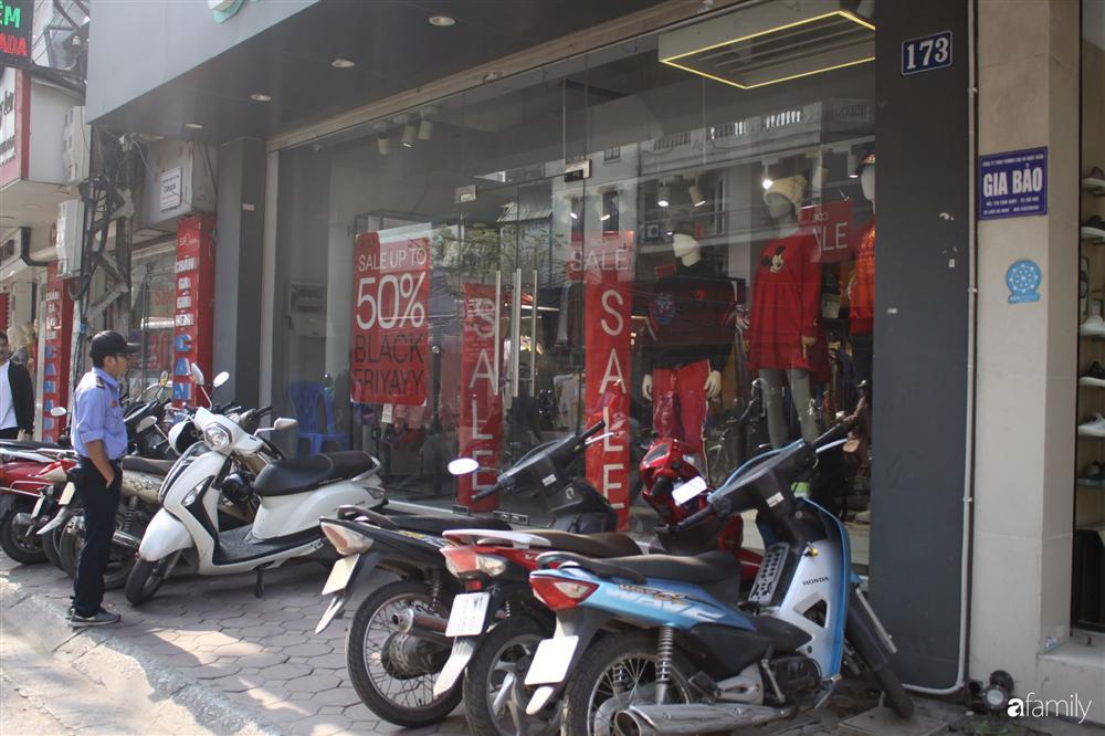 Nhiều cửa hàng thời trang ở Hà Nội đã chạy đà cho ngày mua sắm Black Friday bằng việc treo biển giảm giá mạnh tới 80% các sản phẩm-2