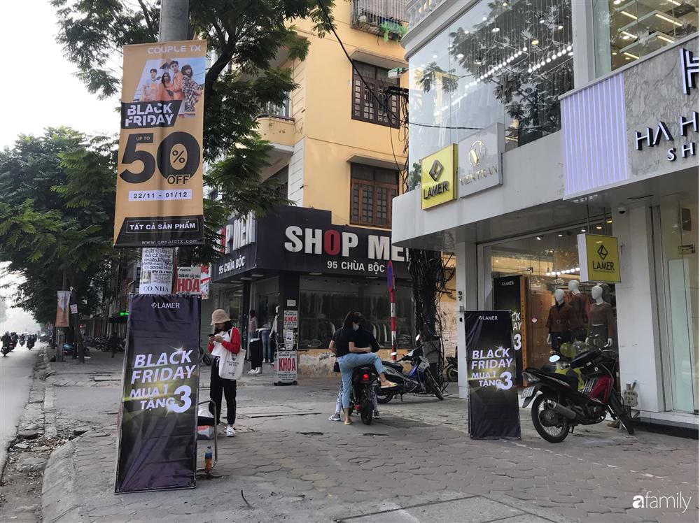 Nhiều cửa hàng thời trang ở Hà Nội đã chạy đà cho ngày mua sắm Black Friday bằng việc treo biển giảm giá mạnh tới 80% các sản phẩm-3