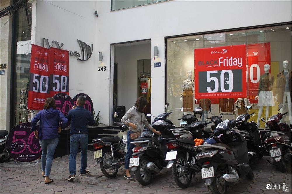 Nhiều cửa hàng thời trang ở Hà Nội đã chạy đà cho ngày mua sắm Black Friday bằng việc treo biển giảm giá mạnh tới 80% các sản phẩm-4