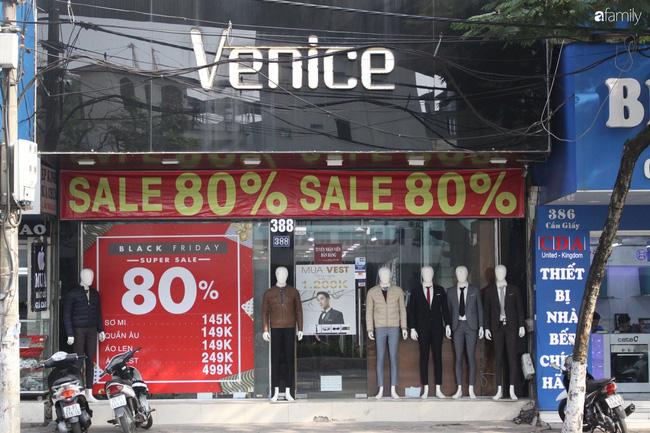 Nhiều cửa hàng thời trang ở Hà Nội đã chạy đà cho ngày mua sắm Black Friday bằng việc treo biển giảm giá mạnh tới 80% các sản phẩm-5