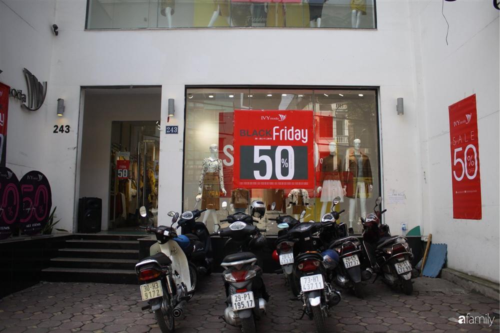 Nhiều cửa hàng thời trang ở Hà Nội đã chạy đà cho ngày mua sắm Black Friday bằng việc treo biển giảm giá mạnh tới 80% các sản phẩm-7