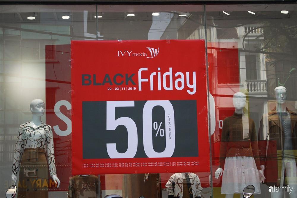 Nhiều cửa hàng thời trang ở Hà Nội đã chạy đà cho ngày mua sắm Black Friday bằng việc treo biển giảm giá mạnh tới 80% các sản phẩm-8