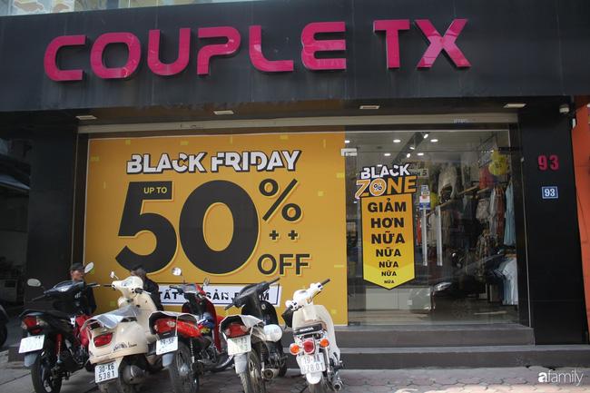 Nhiều cửa hàng thời trang ở Hà Nội đã chạy đà cho ngày mua sắm Black Friday bằng việc treo biển giảm giá mạnh tới 80% các sản phẩm-9