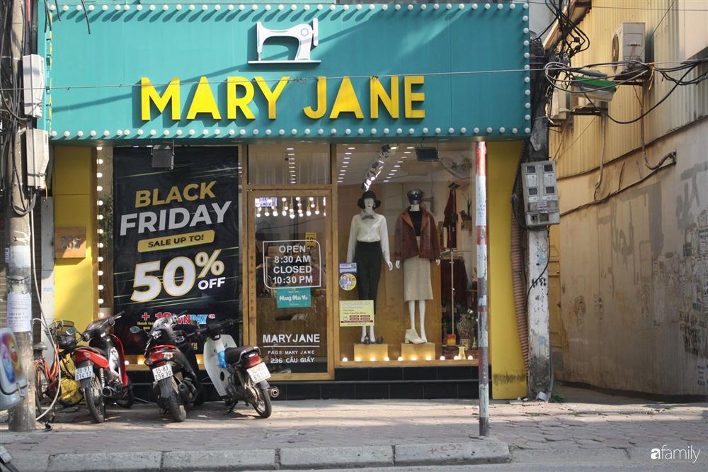 Nhiều cửa hàng thời trang ở Hà Nội đã chạy đà cho ngày mua sắm Black Friday bằng việc treo biển giảm giá mạnh tới 80% các sản phẩm-12