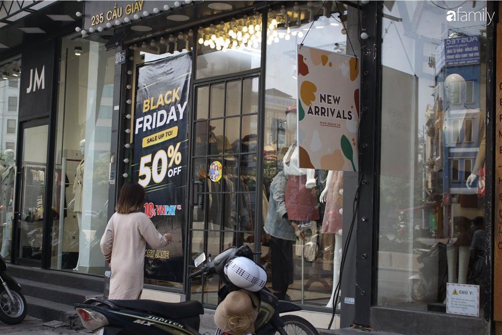 Nhiều cửa hàng thời trang ở Hà Nội đã chạy đà cho ngày mua sắm Black Friday bằng việc treo biển giảm giá mạnh tới 80% các sản phẩm-13
