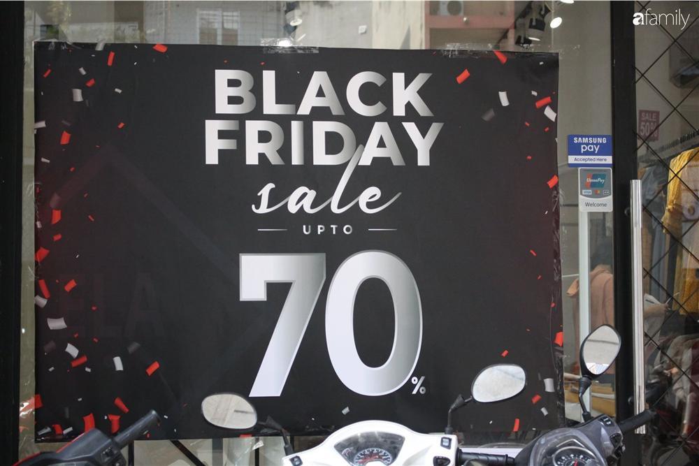 Nhiều cửa hàng thời trang ở Hà Nội đã chạy đà cho ngày mua sắm Black Friday bằng việc treo biển giảm giá mạnh tới 80% các sản phẩm-14