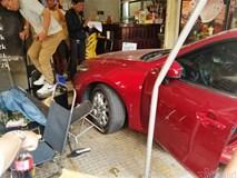 Ô tô lao như tên bắn vào quán cà phê ở Sài Gòn