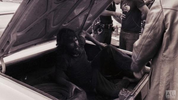 Bức ảnh ô tô chạy trên đường gây rùng mình với chi tiết bàn tay thò ra khỏi cốp xe hé lộ ý định giết người diệt khẩu của 3 kẻ ác-5