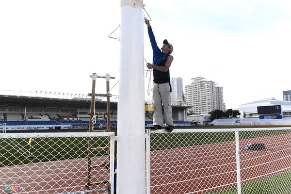 Sân bóng đá SEA Games 30 ngổn ngang trước ngày thi đấu-5