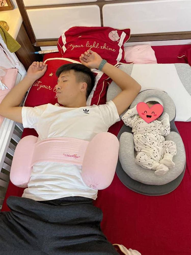 Ông bố bỉm sữa quốc dân gọi tên dàn cầu thủ Việt Nam: Giặt giũ, tắm gội, cho con ngủ anh cân tất!-4