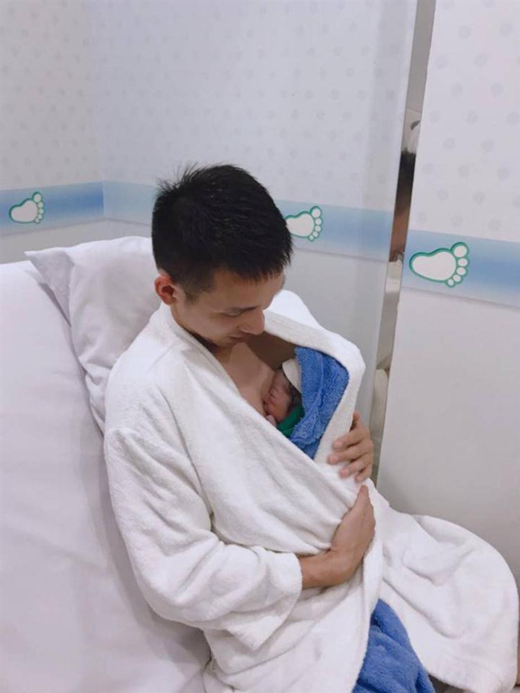 Ông bố bỉm sữa quốc dân gọi tên dàn cầu thủ Việt Nam: Giặt giũ, tắm gội, cho con ngủ anh cân tất!-9