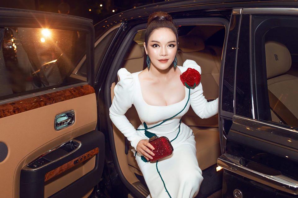 Lý Nhã Kỳ mặc nhấn vòng 1 đầy quyến rũ, đi xe 40 tỷ đến thảm đỏ LHP Việt Nam-2