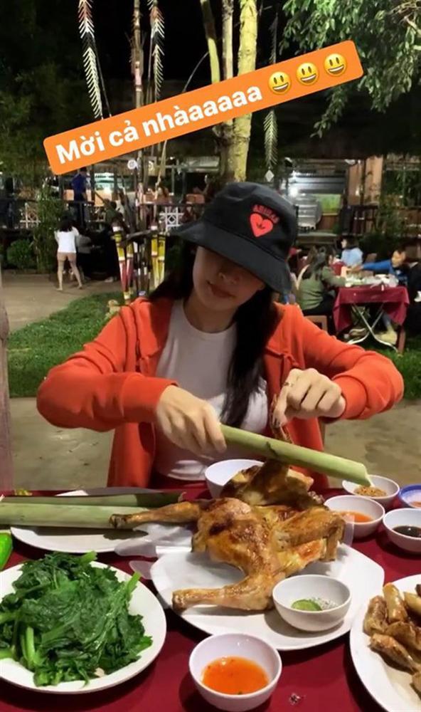 """Đến lượt Chi Pu """"bắt trend"""" cosplay Quỳnh Trần JP: đến Pleiku ăn đủ món đặc sản, tự tạo meme"""" mà không cần bé Sa nào cả-10"""