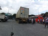 TP.HCM: Vợ tử vong tại chỗ, chồng nguy kịch vì bị xe container cuốn vào gầm sau va chạm