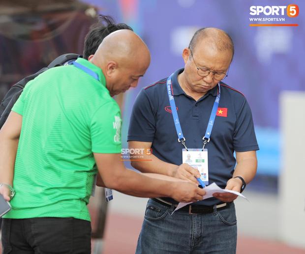HLV Park Hang-seo bức xúc vì pha lật kèo của U22 Brunei: Cầu thủ giàu nhất thế giới không được đăng ký nhưng lại bất ngờ ra sân đá chính một cách đầy khó hiểu-4