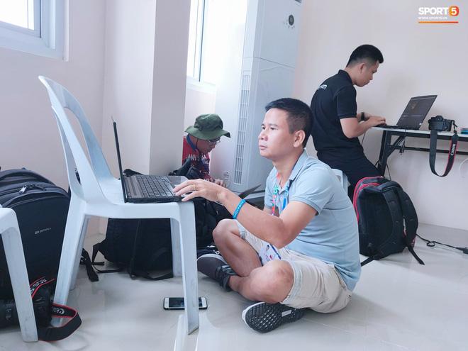 Sai sót khó chấp nhận của BTC SEA Games: Đình Trọng hồi sinh, phòng họp báo thiếu thốn, phóng viên tác nghiệp khổ sở ở trận U22 Việt Nam đấu Brunei-5