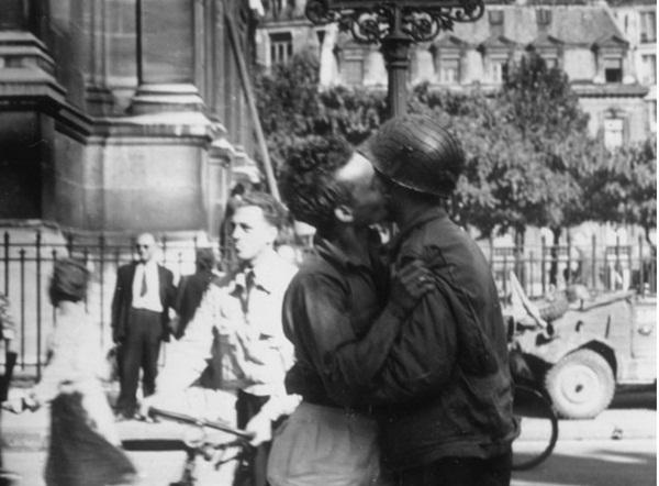 Hơn 600 bức thư tình trong 6 năm và tình yêu trong bóng tối của 2 người đàn ông giữa bom đạn chết chóc nhưng không có kết cục đẹp-5