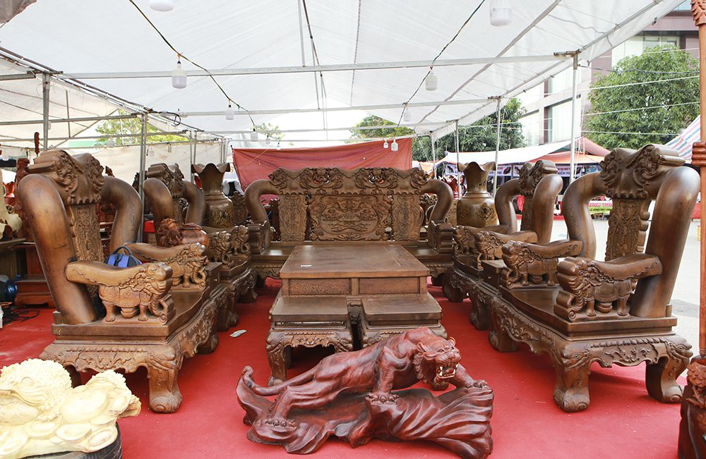 """Cận cảnh bộ bàn ghế khủng"""" giá hàng trăm triệu đồng ở Hà Nội-1"""