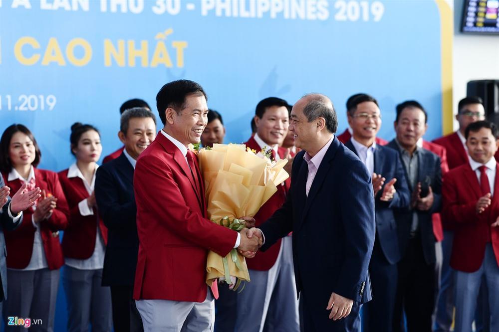 Đoàn TTVN phủ sắc đỏ sân bay Nội Bài trước giờ sang Philippines-1
