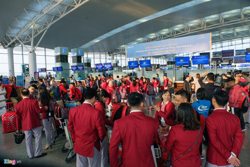 Đoàn TTVN phủ sắc đỏ sân bay Nội Bài trước giờ sang Philippines-2