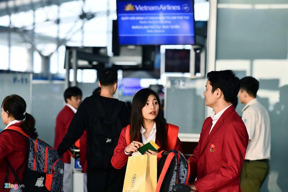 Đoàn TTVN phủ sắc đỏ sân bay Nội Bài trước giờ sang Philippines-3