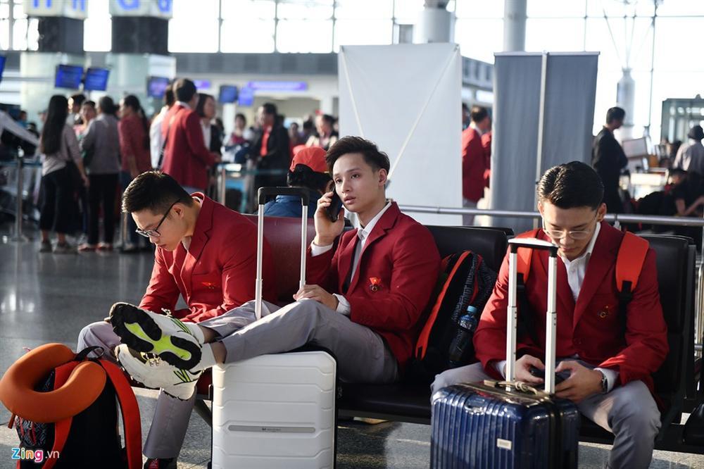 Đoàn TTVN phủ sắc đỏ sân bay Nội Bài trước giờ sang Philippines-6