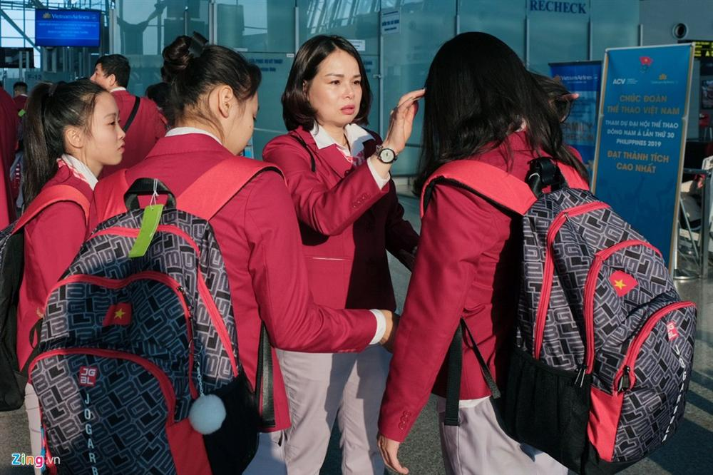 Đoàn TTVN phủ sắc đỏ sân bay Nội Bài trước giờ sang Philippines-8