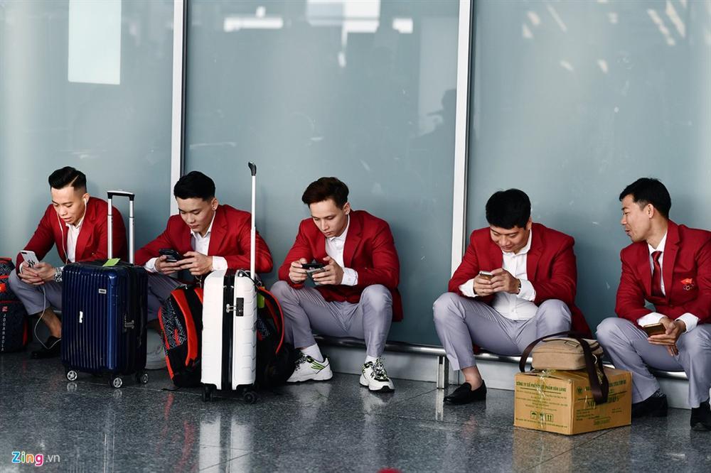 Đoàn TTVN phủ sắc đỏ sân bay Nội Bài trước giờ sang Philippines-13