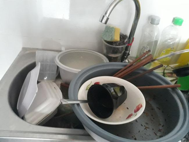 Lại xuất hiện những hình ảnh ở bẩn bất chấp khiến dân mạng lắc đầu chán ngán: Nhà cửa không quét, bát đĩa bốc mùi-7