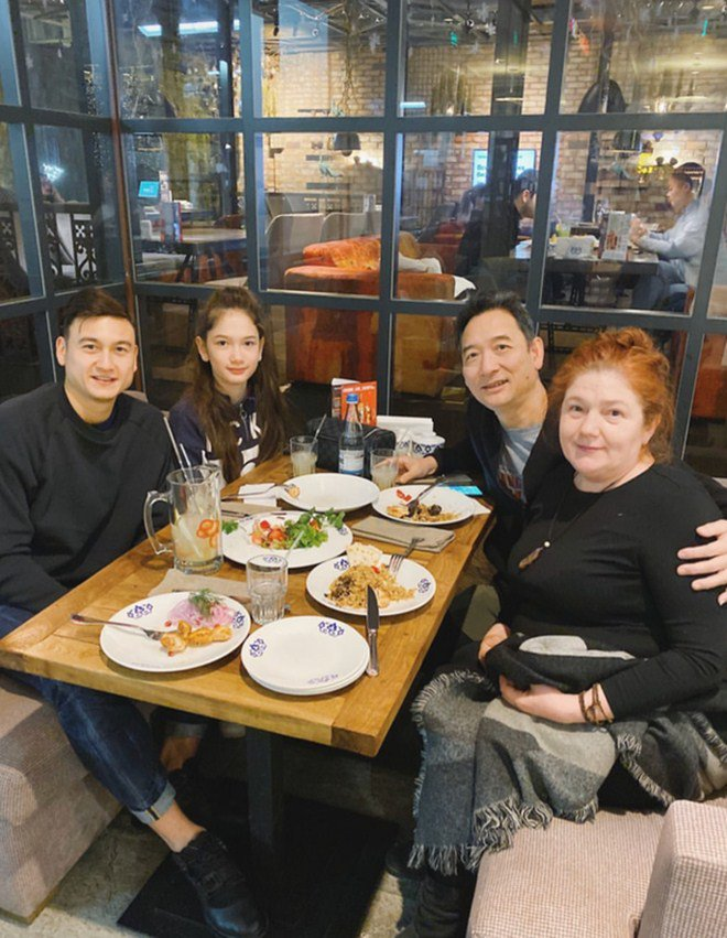 Hé lộ món bánh đặc biệt khiến mẹ Đặng Văn Lâm bật khóc mang ra sân bay cho con trai-9