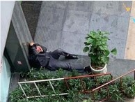 Xót xa hình ảnh người bố ngồi thất thần sau khi con gái rơi từ tầng cao chung cư tử vong thương tâm