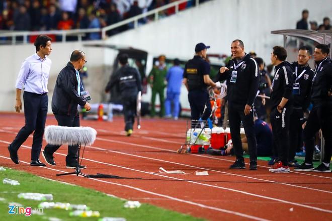 FIFA không kỷ luật trợ lý HLV Thái Lan khiêu khích ông Park-1