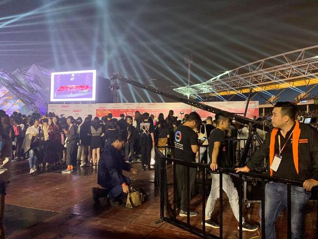 Khán giả bức xúc với BTC AAA 2019 sát giờ G: bắt fan phải chờ đợi 8 tiếng đồng hồ, quản lí lộn xộn và bất công với cả hạng vé đắt nhất!-1