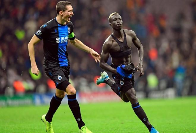 2 cầu thủ nhận thẻ đỏ ở Champions League vì ăn mừng quá khích-1