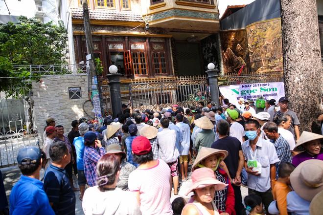 Đoàn người chen lấn khi Ngọc Sơn phát 10 tấn gạo và 100 triệu đồng-2