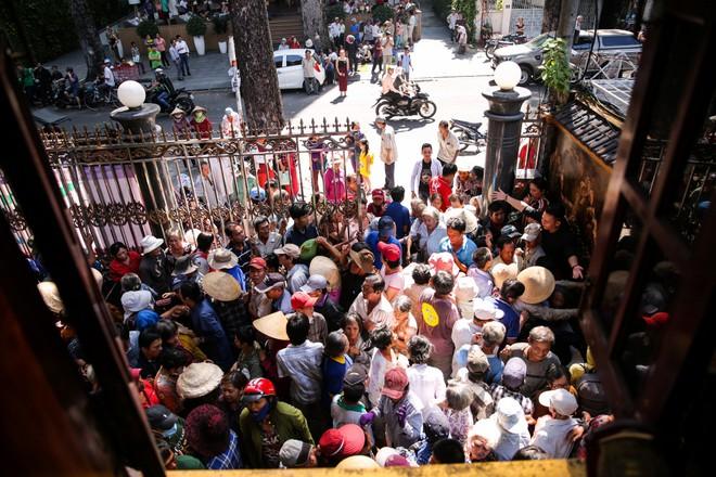 Đoàn người chen lấn khi Ngọc Sơn phát 10 tấn gạo và 100 triệu đồng-4