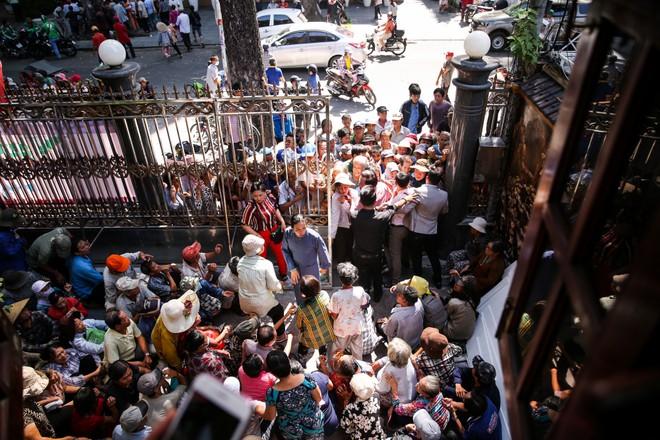 Đoàn người chen lấn khi Ngọc Sơn phát 10 tấn gạo và 100 triệu đồng-5