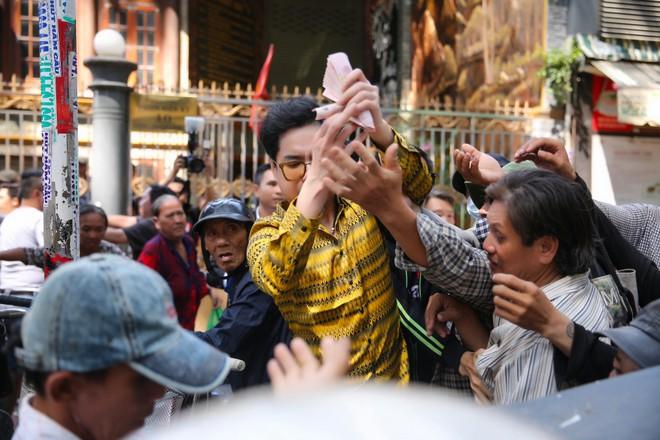 Đoàn người chen lấn khi Ngọc Sơn phát 10 tấn gạo và 100 triệu đồng-11