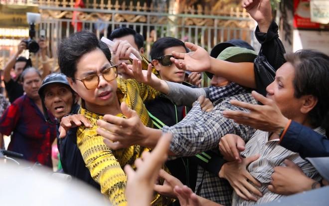 Đoàn người chen lấn khi Ngọc Sơn phát 10 tấn gạo và 100 triệu đồng-10