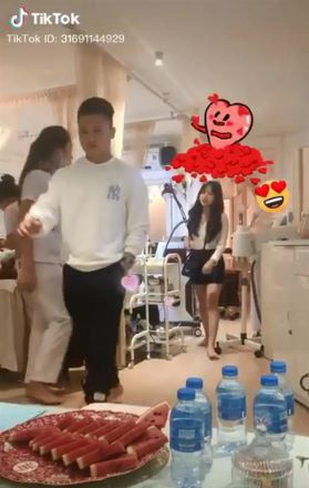 Quang Hải bị quay lén cảnh hẹn hò với hot girl 1m52, dân tình còn soi ra cầu thủ vẫn like đều tay ảnh người cũ: Không biết ai đó có ghen không ta?-3