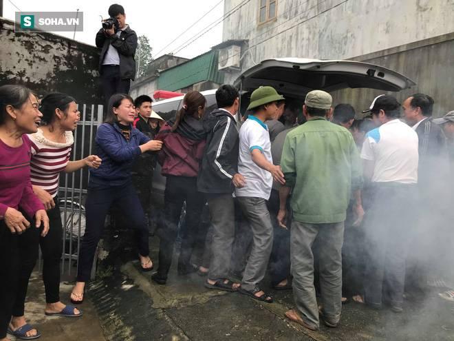 Hàng nghìn người đón thi thể các nạn nhân tử vong trong thùng xe cotainer ở Anh về quê nhà Nghệ An, Hà Tĩnh-4