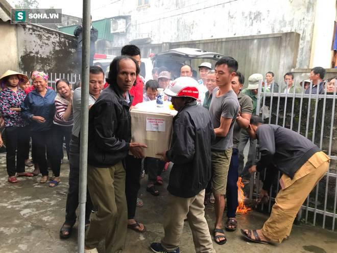 Hàng nghìn người đón thi thể các nạn nhân tử vong trong thùng xe cotainer ở Anh về quê nhà Nghệ An, Hà Tĩnh-5