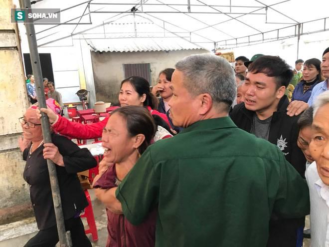 Hàng nghìn người đón thi thể các nạn nhân tử vong trong thùng xe cotainer ở Anh về quê nhà Nghệ An, Hà Tĩnh-7
