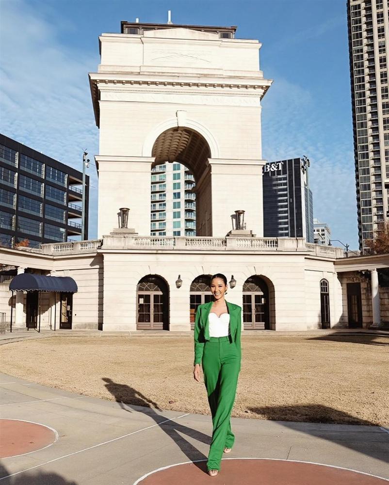 Vừa sang Mỹ thi Miss Universe, Hoàng Thùy diện suit xanh gợi nhớ đến phong cách của HHen Niê-1