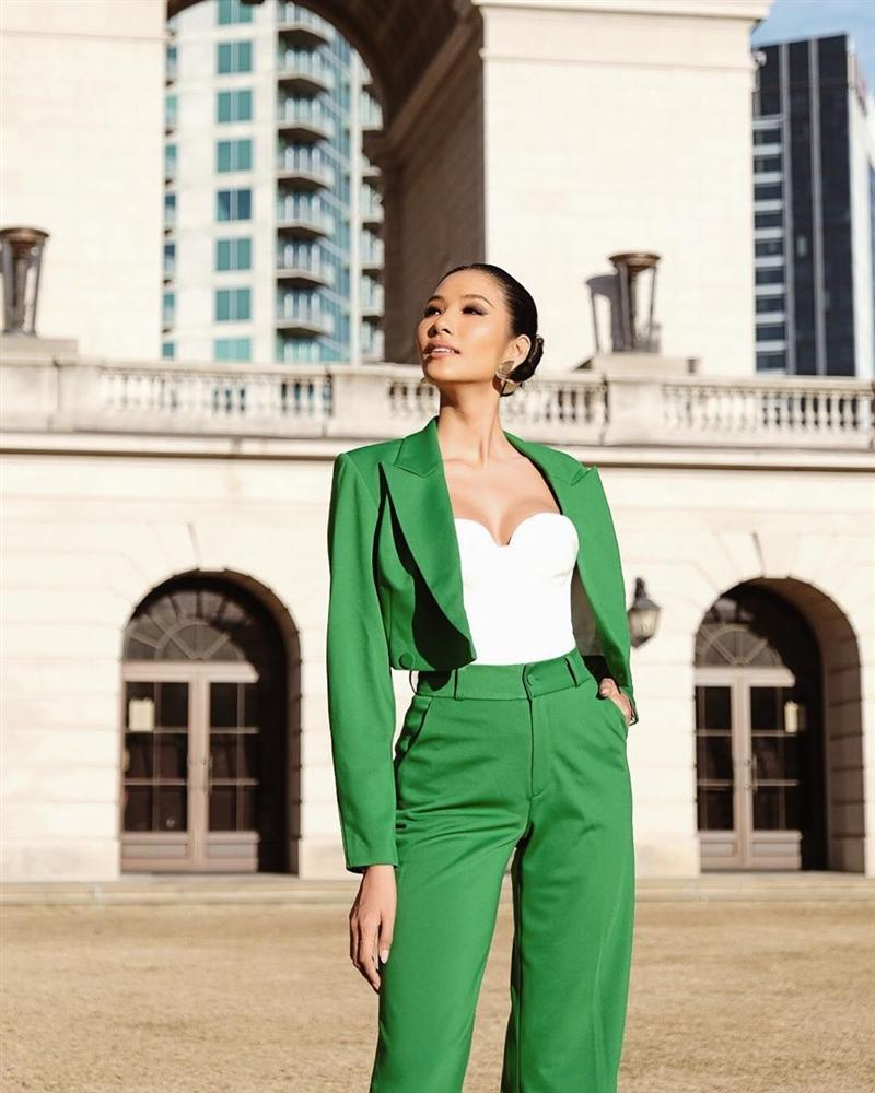 Vừa sang Mỹ thi Miss Universe, Hoàng Thùy diện suit xanh gợi nhớ đến phong cách của HHen Niê-2