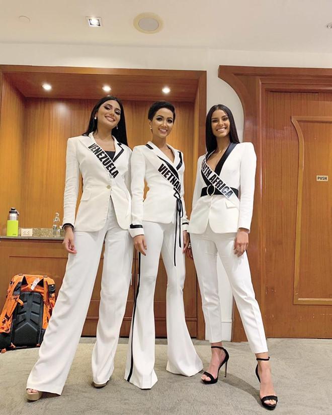 Vừa sang Mỹ thi Miss Universe, Hoàng Thùy diện suit xanh gợi nhớ đến phong cách của HHen Niê-11