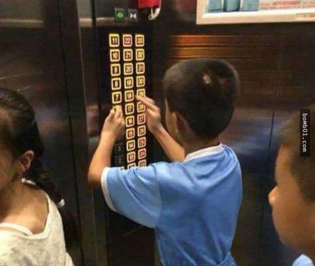 Con nghịch ngợm bấm hết các nút trong thang máy khiến mọi người tức giận, mẹ nói 1 câu khiến ai cũng dịu lại, còn động viên được đứa trẻ-1
